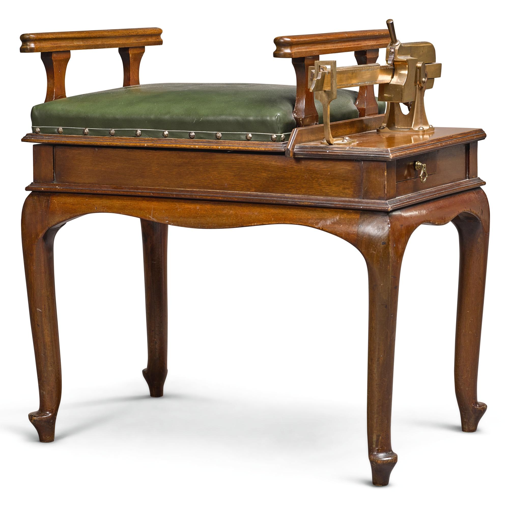 A GEORGE V 'CARLTON' WEIGHING MACHINE BY W & T AVERY LTD, CIRCA 1915