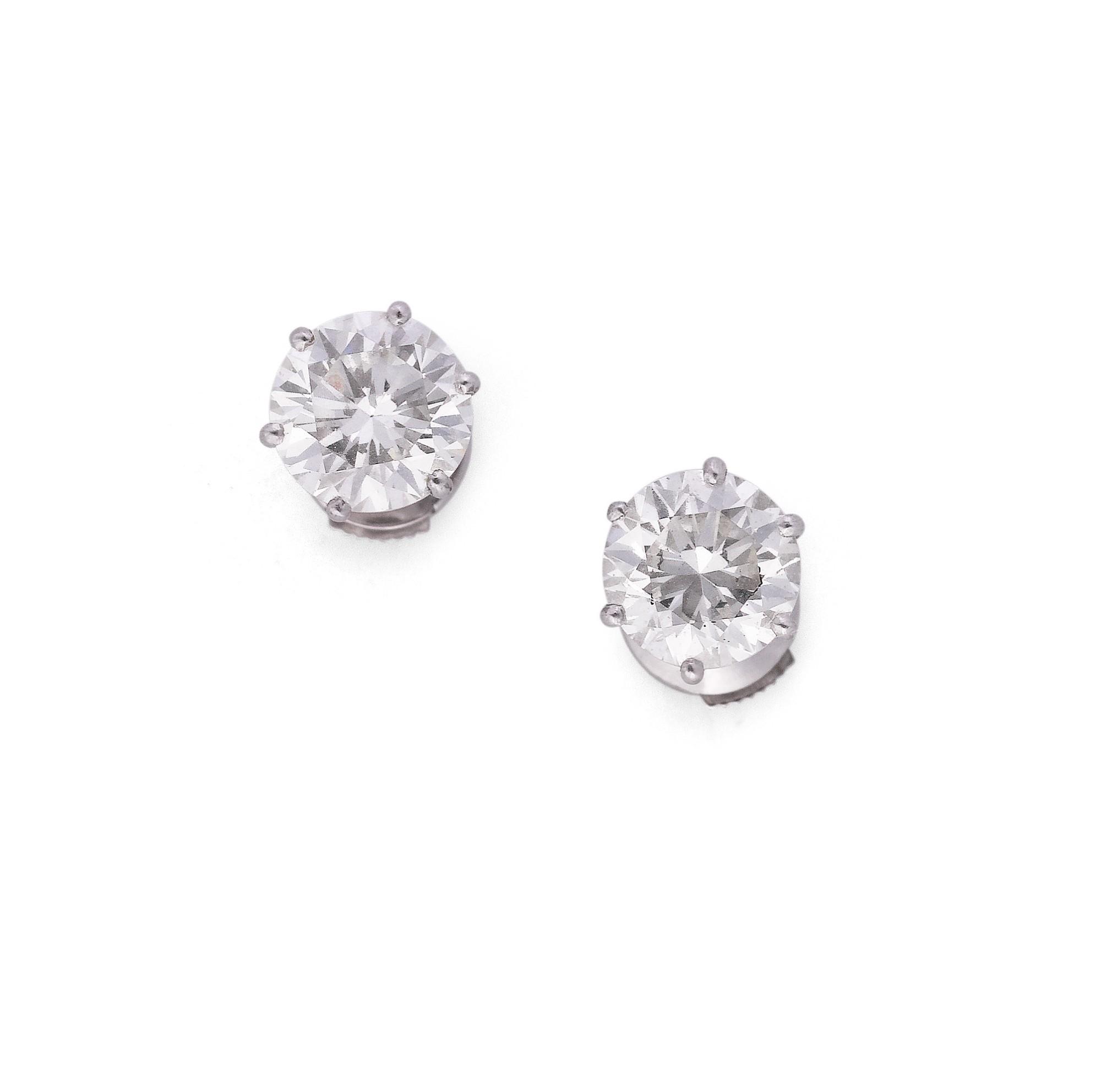 Pair of diamond earrings [Paire de boucles d'oreille diamants]