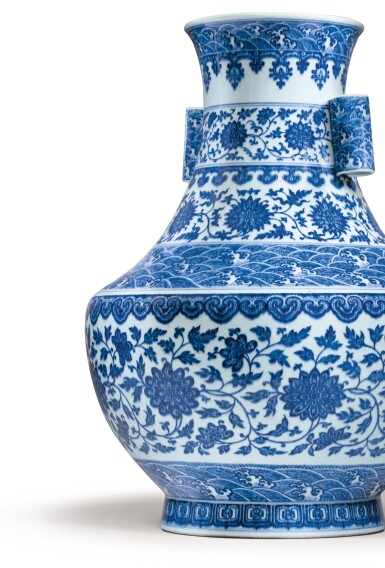 View 2. Thumbnail of Lot 12. RARE GRAND VASE 'LOTUS' EN PORCELAINE BLEU BLANC MARQUE EN CACHET ET ÉPOQUE QIANLONG  | 清乾隆 青花纏枝花卉海水紋折肩貫耳壼  《大清乾隆年製》款 | A rare large blue and white 'lotus' vase, seal mark and period of Qianlong.