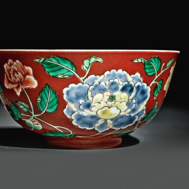 View 2. Thumbnail of Lot 137. A fine and rare coral-ground famille-verte 'peony' bowl, Yongzheng yuzhi mark and period | 清雍正 珊瑚紅地五彩牡丹紋盌  《雍正御製》款.