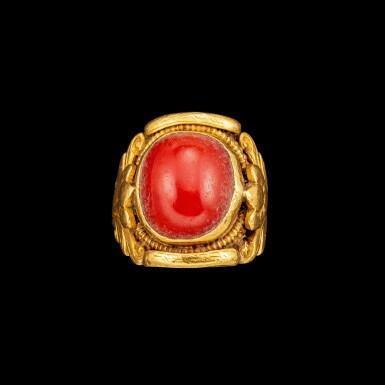 View 4. Thumbnail of Lot 1009. A gold and coral saddle ring Tibet, 18th - 19th century | 十八至十九世紀 西藏 金嵌珊瑚蓮紋戒指.