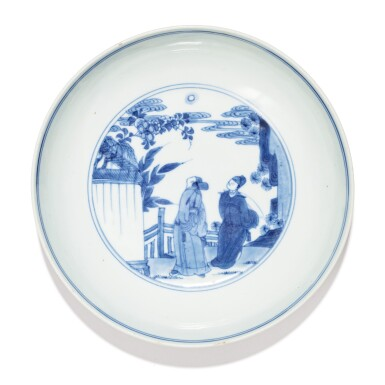 View 2. Thumbnail of Lot 5. RARE COUPE EN PORCELAINE BLEU BLANC DYNASTIE QING, ÉPOQUE YONGZHENG, DATÉ 1724 | 清雍正 青花人物故事圖小盤  《大清雍正二年冬製》款 | A rare blue and white saucer dish, Qing Dynasty, dated to the second year of the Yongzheng period (1724).