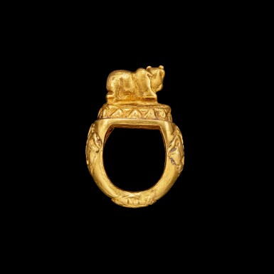View 2. Thumbnail of Lot 1008. A gold ring of Nandi on a lotus Java, Indonesia, 10th - 15th century | 十至十五世紀 印尼爪哇 聖牛南迪蓮紋戒指.