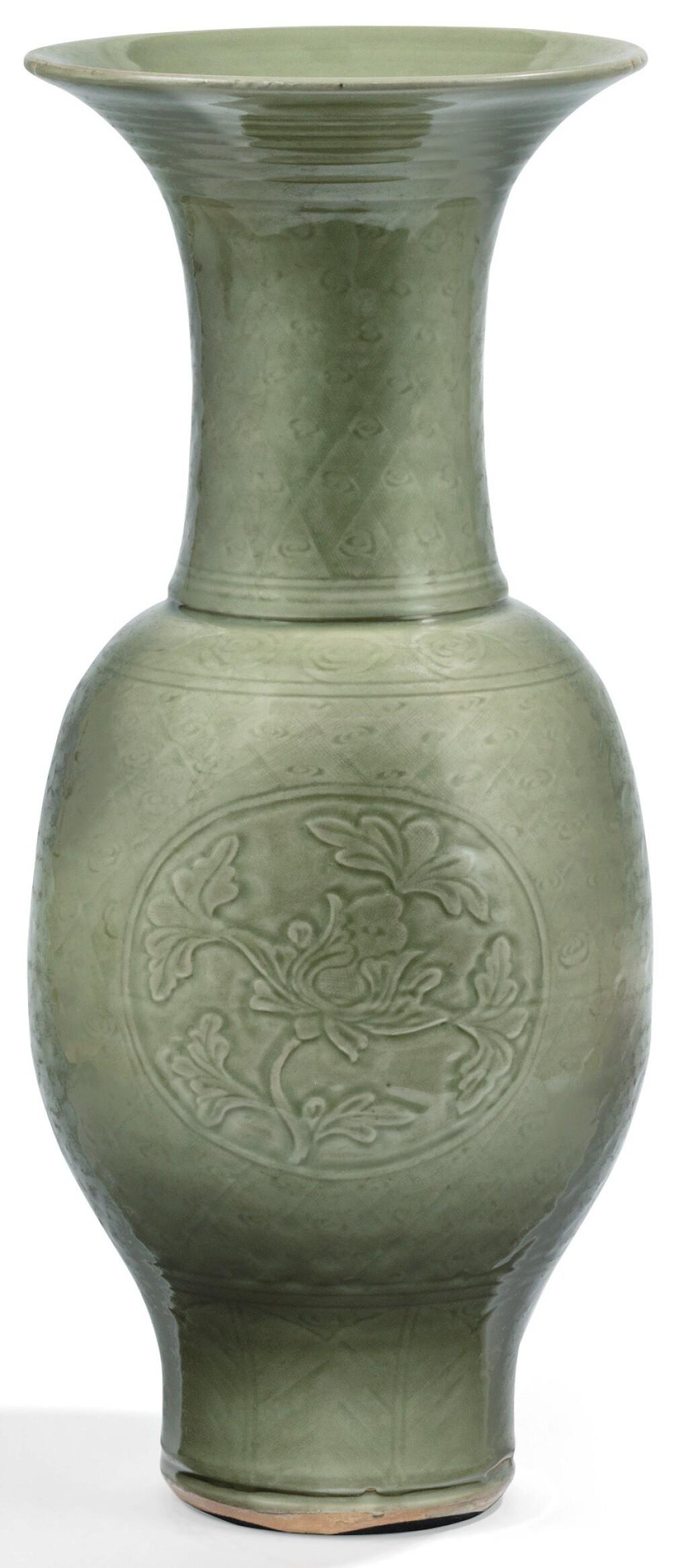 GRAND VASE EN GRÈS CÉLADON LONGQUAN DÉBUT DE LA DYNASTIE MING | 明早期 龍泉窰青釉開光劃花卉紋鳳尾尊 | A large Longquan celadon-glazed baluster vase, early Ming Dynasty