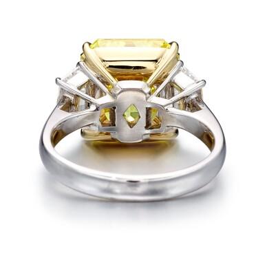 FANCY VIVID YELLOW DIAMOND AND DIAMOND RING   7.18卡拉 方形 艷彩黃色 VS1淨度 鑽石 配 鑽石 戒指