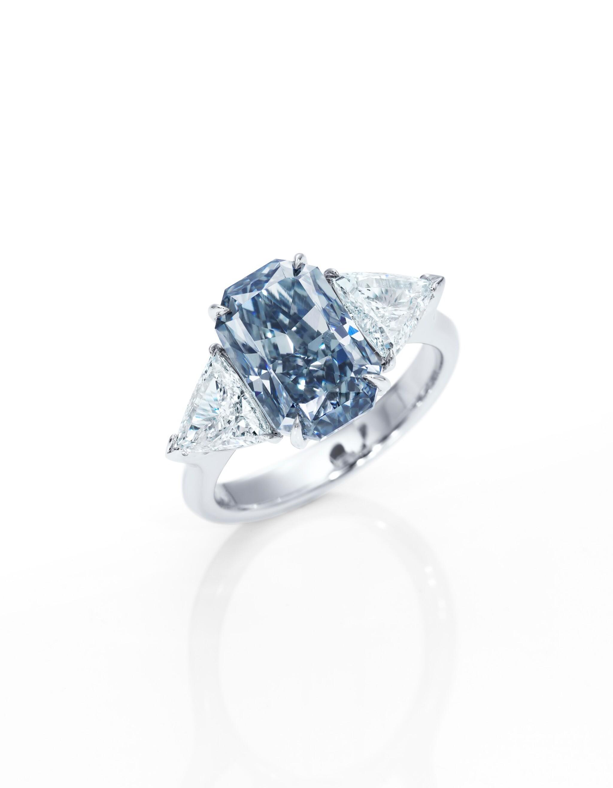 View full screen - View 1 of Lot 1637. FANCY DARK GREY-BLUE DIAMOND AND DIAMOND RING3.88卡拉 暗彩灰藍色 鑽石 配 鑽石 戒指.