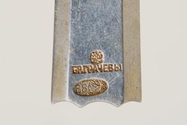 View 7. Thumbnail of Lot 125. A GEM-SET PARCEL-GILT AND CLOISONNÉ ENAMEL KOVSH, GRACHEV BROTHERS, ST PETERSBURG, 1899-1904.