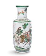 Vase rouleau en porcelaine de la Famille Verte Dynastie Qing, époque Kangxi | 清康熙 五彩人物故事紋捧槌瓶 | A famille-verte 'Tribute Bearers' rouleau vase, Qing Dynasty, Kangxi period