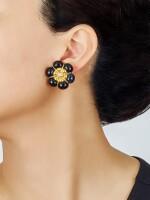 PAIR OF ONYX AND DIAMOND EAR CLIPS, VAN CLEEF & ARPELS | 縞瑪瑙 配 鑽石 耳環一對, 梵克雅寶(Van Cleef & Arpels)