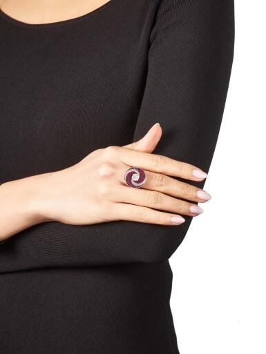 View 4. Thumbnail of Lot 1028. 'Double Swirl' Diamond and Ruby Ring | 格拉夫| 'Double Swirl' 2.08克拉 圓形 G色 鑽石 配 紅寶石 戒指 (鑽石及紅寶石共重約3.60及5.70克拉).