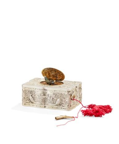 A SILVER-GILT SINGING-BIRD BOX, PROBABLY SWITZERLAND, CIRCA 1880 | BOÎTE À OISEAU CHANTEUR EN VERMEIL, PROBABLEMENT SUISSE, VERS 1880