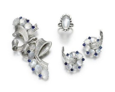 MOONSTONE, SAPPHIRE AND DIAMOND DEMI-PARURE, TRABERT & HOEFFER MAUBOUSSIN, 1940S, AND A MOONSTONE AND DIAMOND RING
