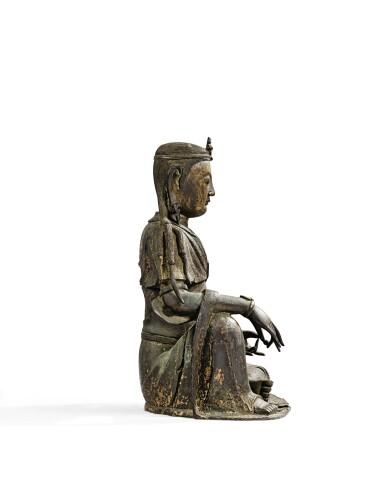View 7. Thumbnail of Lot 14. IMPORTANTE ET TRÈS RARE PAIRE DE STATUETTES DE BODHISATTVA EN BRONZE PARTIELLEMENT DORÉ XIVE SIÈCLE | 十四世紀 鎏金銅菩蕯坐像一對 連   清十八世紀 漆金木雕須彌座一對| An important and very rare pair of parcel-gilt bronze figures of Bodhisattva, 14th century; together with a pair of lacquer-gilt thrones, Qing Dynasty, 18th century.