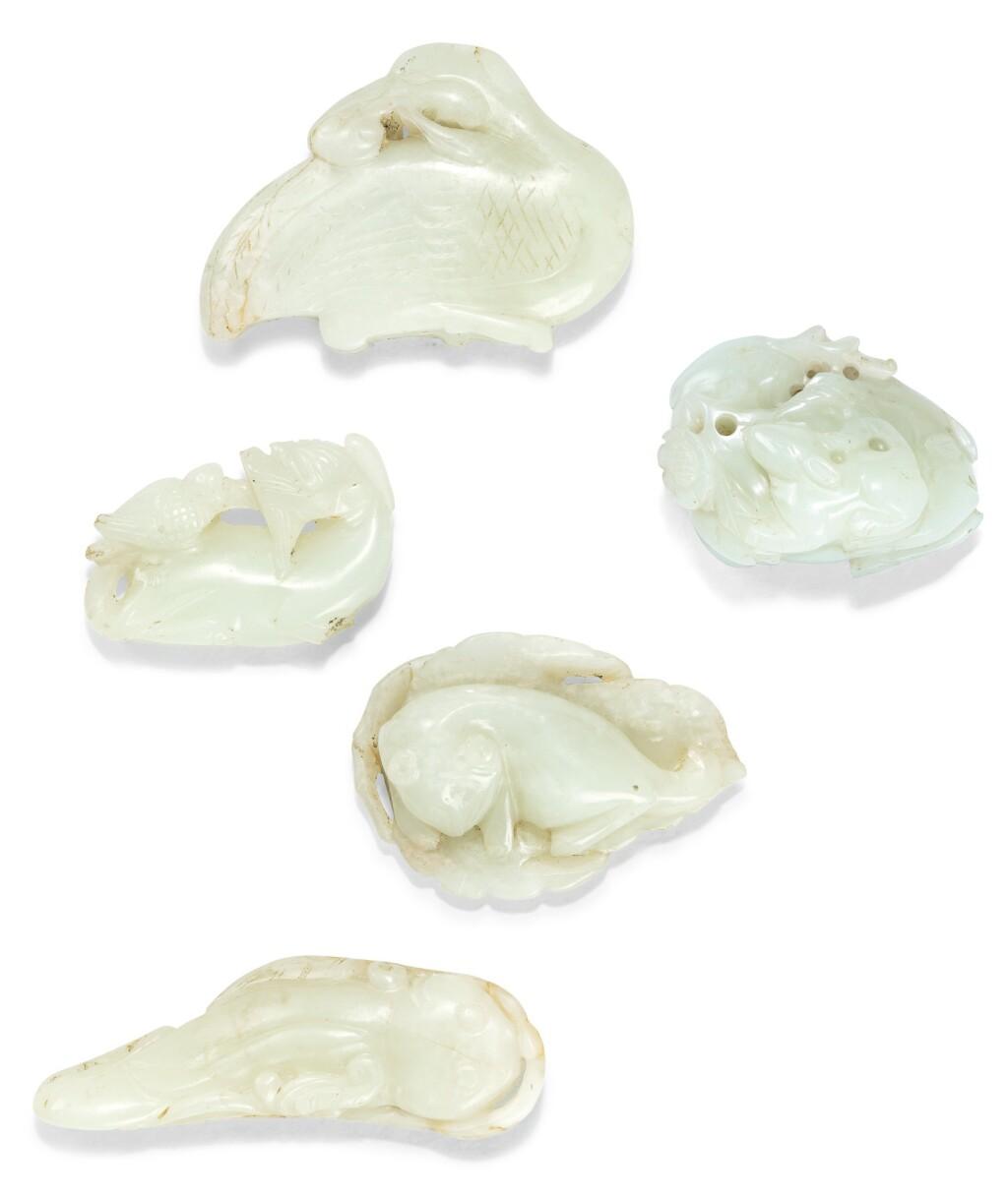 CINQ GROUPES EN JADE BLANC ET CÉLADON DYNASTIE QING, XVIIE-XVIIIE SIÈCLE | 清十七至十八世紀 青白玉及翠玉器一組七件 | A group of five jade carvings, Qing Dynasty, 17th/18th century