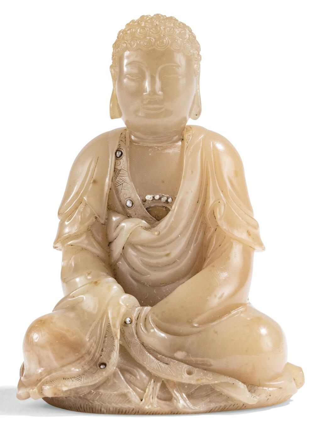 STATUETTE DE BOUDDHA EN STÉATITE DYNASTIE QING, FIN XVIIE - DÉBUT XVIIIE SIÈCLE | 清十七世紀末至十八世紀初 芙蓉石雕佛坐像  「周彬」款 | A soapstone carving of Buddha, incised Zhou Bing, Qing Dynasty, late 17th/early 18th century