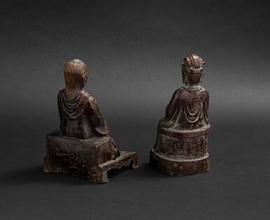 View 2. Thumbnail of Lot 105. Deux figures de dignitaire daoistes en bronze Dynastie Ming - Dynastie Qing | 明至清 銅神仙坐像兩尊 | Two bronze figures of Daoist immortals, Ming - Qing Dynasties.