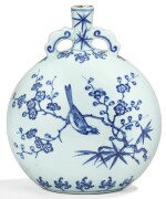 RARE GOURDE EN PORCELAINE BLEU BLANC DYNASTIE QING, ÉPOQUE YONGZHENG | 清雍正 青花喜鵲登梅抱月瓶 | A rare Ming-Style blue and white moonflask, Qing Dynasty, Yongzheng period
