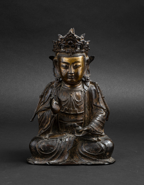 View 1 of Lot 37. Figure de Guanyin en bronze partiellement doré Dynastie Ming, XVIE-XVIIE siècle | 明十六至十七世紀 局部鎏金銅觀音菩薩坐像 | A parcel-gilt bronze figure of Guanyin, Ming Dynasty, 16th-17th century.