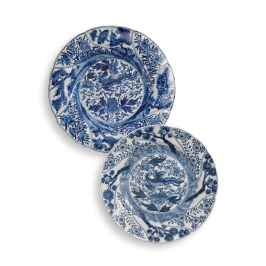 A CHINESE BLUE AND WHITE LOBED 'PHOENIX' DISH, QING DYNASTY, KANGXI PERIOD, 1700-20 AND A MEISSEN BLUE AND WHITE LOBED 'PHOENIX' DISH, CIRCA 1745 | 清康熙 1700-20年 青花鳳凰圖盤 約1745年 邁森青花瑞獸圖盤