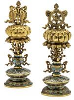 DEUX EMBLÈMES BOUDDHISTES EN BRONZE DORÉ ET ÉMAUX CLOISONNÉS DYNASTIE QING, ÉPOQUE QIANLONG  | 清乾隆 掐絲琺瑯八寶供器二件 | Two gilt-bronze and cloisonné enamel Buddhist emblems, Qing Dynasty, Qianlong period