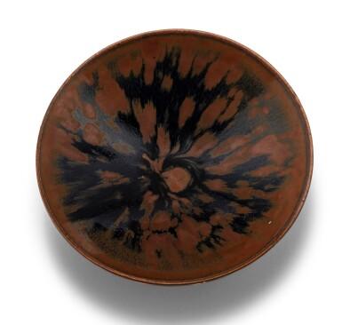 View 3. Thumbnail of Lot 15. Deux bols Cizhou en grès émaillé noir et brun à motif 'plumes de perdrix' Dynastie des Song du Nord - Dynastie Jin | 北宋至金 磁州窰鷓鴣斑笠式盌一組兩件 | Two Cizhou 'partridge feather' russet-splashed black glazed bowls, Northern Song-Jin Dynasty.