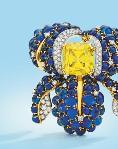 View 3. Thumbnail of Lot 497. AN EXCEPTIONAL FANCY VIVID YELLOW DIAMOND, DIAMOND AND SAPPHIRE CLIP-BROOCH, VERDURA   艷彩黃色鑽石配鑽石及藍寶石別針一枚,Verdura.
