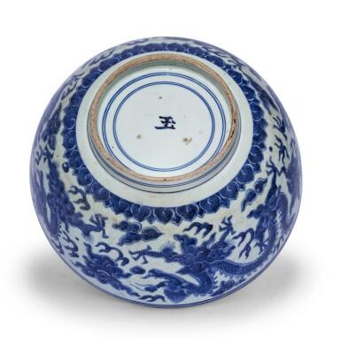 View 3. Thumbnail of Lot 18. Bol en porcelaine bleu blanc Dynastie Ming, époque Jiajing-Wanli | 明嘉靖至萬曆 青花雲龍趕珠盌 | A blue and white 'dragon' bowl, Ming Dynasty, Jiajing-Wanli period.