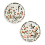 A PAIR OF CHINESE FAMILLE-VERTE DISHES QING DYNASTY, KANGXI PERIOD | 清康熙 五彩孔雀圖盤一對