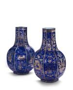 Rare paire de grands vases hexagonaux à couverte bleue émaillée or Dynastie Qing, fin du XVIIIE - début du XIXE siècle | 清十八世紀末至十九世紀初 霽藍地描金清供圖八角瓶一對 | A rare pair of large blue-ground gilt-decorated hexagonal vases, Qing Dynasty, late 18th - early 19th century