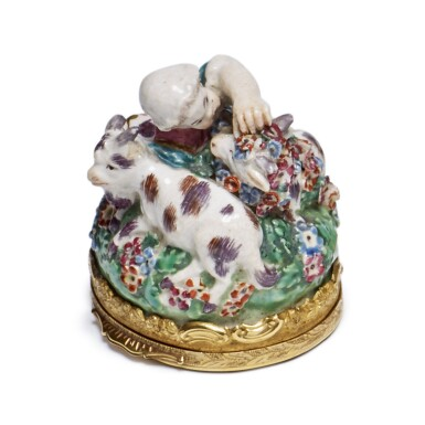 A CHELSEA PORCELAIN GOLD-MOUNTED BONBONNIERE AND ONYX COVER CIRCA 1755