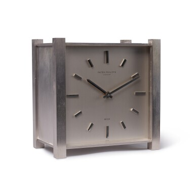 REFERENCE 902 PENDULE CARRÉE RETAILED BY BEYER: A RHODIUM PLATED SOLAR DESK CLOCK, CIRCA 1968