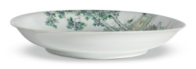 A LARGE FAMILLE - VERTE DISH WITH LADIES | QING DYNASTY, KANGXI PERIOD
