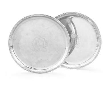 A pair of circular silver trays, Guillaume Tillet, Bordeaux, 1735-1738   Paire de plateaux ronds en argent par Gabriel Tillet, Bordeaux, 1735-1738