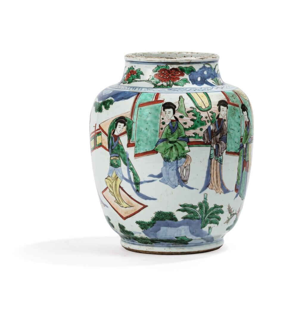 POTICHE EN PORCELAINE WUCAI   EPOQUE TRANSITION, XVIIE SIÈCLE | 十七世紀 五彩仕女圖罐 | A wucai baluster jar, Transitional period, 17th century