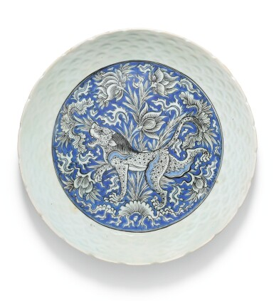 A SAFAVID BLUE AND WHITE POTTERY DISH DEPICTING A LION, PERSIA, 17TH CENTURY