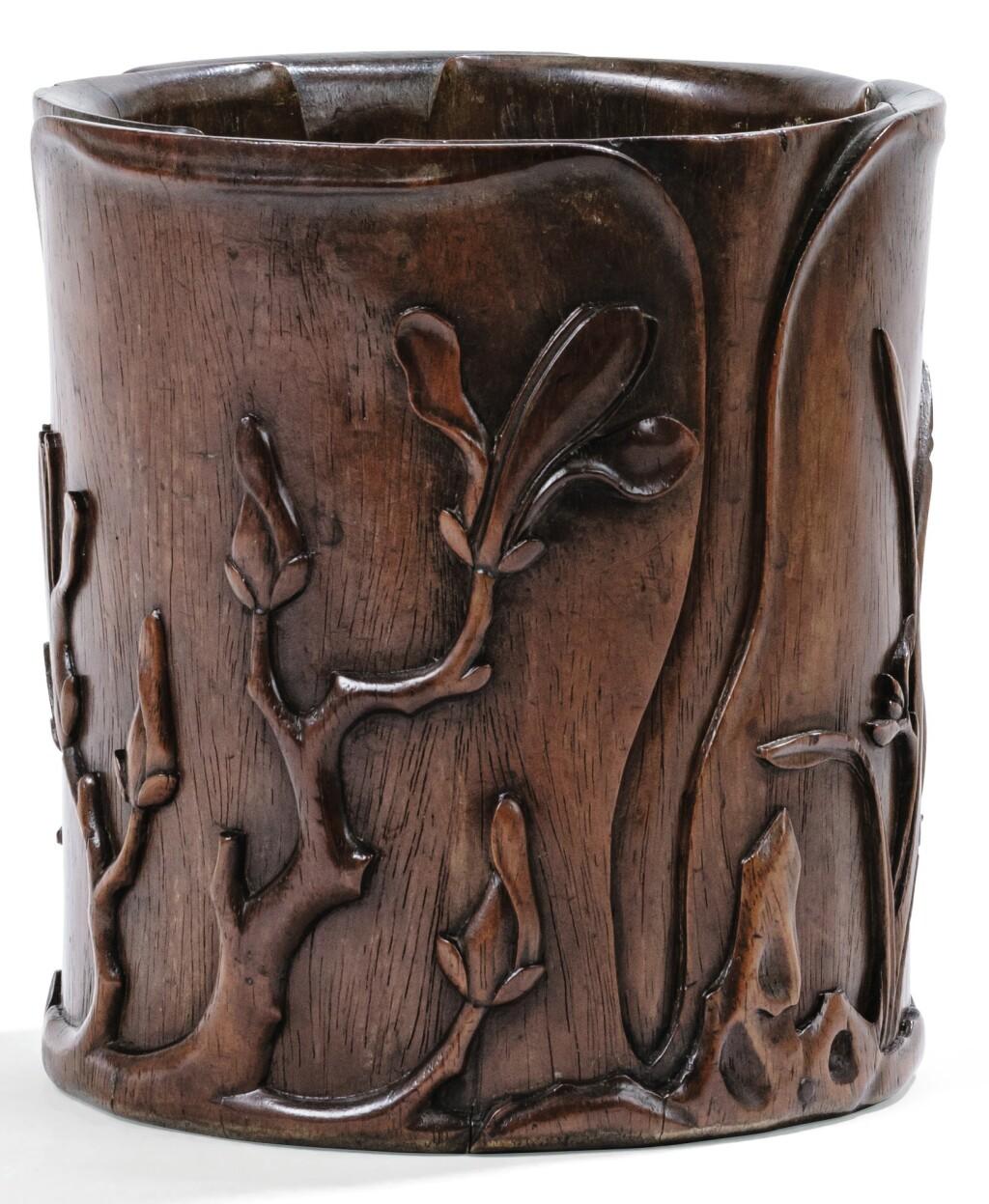 GRAND POT À PINCEAUX EN BOIS SCULPTÉ XVIIE-XVIIIE SIÈCLE | 十七至十八世紀 木雕花卉紋筆筒 | A large hardwood 'magnolia' brush pot, 17th/18th century