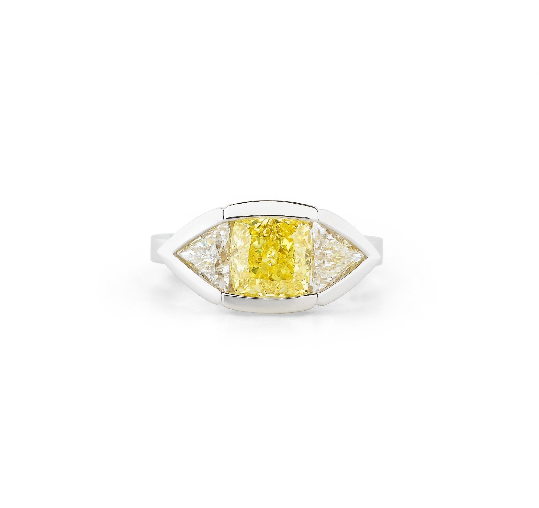 View full screen - View 1 of Lot 112. BAGUE DIAMANT FANCY VIVID YELLOW ET DIAMANTS | FANCY VIVID YELLOW DIAMOND AND DIAMOND RING.