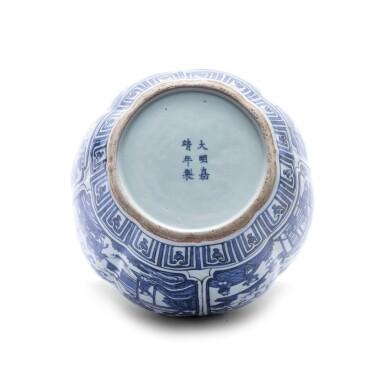 View 3. Thumbnail of Lot 188. Vase en porcelaine bleu blanc Marque et époque Jiajing | 明嘉靖 青花開光人物故事圖罐   《大明嘉靖年製》款 | A blue and white jar, mark and period of Jiajing .