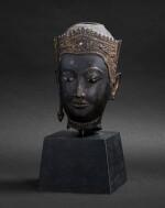 Tête en bronze doré Thaïlande, style Ayutthaya, XVIE-XVIIE siècle | 暹邏 十六至十七世紀 銅阿瑜陀耶式佛首 | A gilt-bronze head, Thailand, Ayutthaya style, 16th-17th century