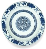 GRAND PLAT EN PORCELAINE BLEU BLANC DYNASTIE MING, XVIE SIÈCLE |  明十六世紀 青花花鳥紋折沿盤  《大明宣德年製》仿款 | A blue and white decorated charger, Ming Dynasty, 16th century