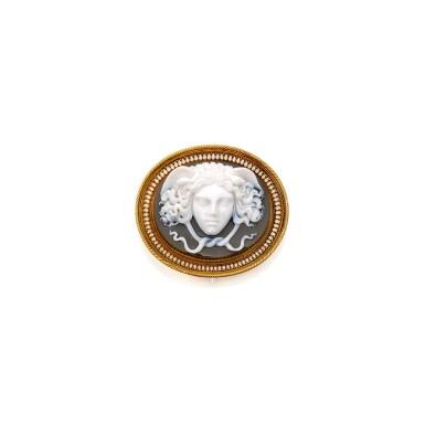 GOLD, CHALCEDONY AND ENAMEL BROOCH | 黃金鑲玉髓配琺瑯彩別針