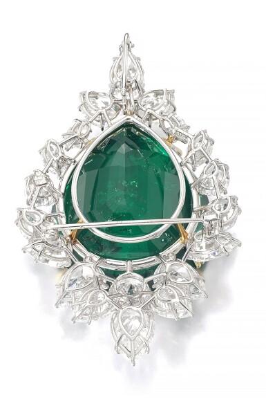 View 3. Thumbnail of Lot 177.  Harry Winston   Very Important Emerald and diamond brooch/pendant combination, circa 1970   海瑞溫斯頓   祖母綠配鑽石別針/吊墜組合,約1970年.