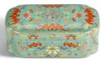 A TURQUOISE-GROUND FAMILLE-ROSE AND GILT BOX AND COVER QING DYNASTY, QIANLONG PERIOD   清乾隆 松綠地粉彩描金福壽同慶紋蓋盒