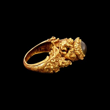 View 3. Thumbnail of Lot 1015. A gold and agate 'Apsara and Makara' ring Khmer, Angkor period, 9th century | 九世紀 高棉吳哥王朝 金嵌瑪瑙飛天及摩羯紋戒指.
