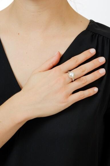 BAGUE PERLE DE CULTURE ET DIAMANTS, ET UN COLLIER PERLES DE CULTURE ET DIAMANTS   CULTURED PEARL AND DIAMOND RING, AND A CULTURED PEARL AND DIAMOND NECKLACE