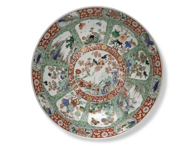 A LARGE FAMILLE-VERTE CHARGER | QING DYNASTY, KANGI PERIOD