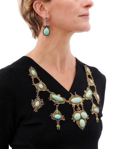 TURQUOISE AND ENAMEL DEVANT-DE-CORSAGE AND PAIR OF EARRINGS   (DEVANT-DE-CORSAGE CON TURCHESI E SMALTI POLICROMI E PAIO DI ORECCHINI)