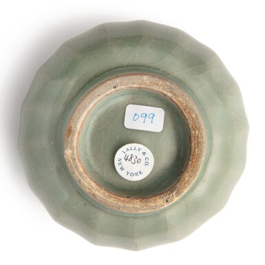 View 5. Thumbnail of Lot 114. A 'Longquan' celadon-glazed 'lotus' bowl and cover, Southern Song dynasty | 南宋 龍泉窰青釉蓮瓣蓋盌.