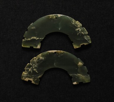 A PAIR OF DARK GREEN JADE ARC-SHAPED PENDANTS, HUANG EASTERN ZHOU DYNASTY | 東周 玉璜一對