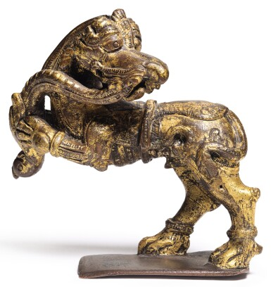 A BRONZE CAST SCULPTURE DEPICTING TWO MYTHICAL ANIMALS IN COMBAT, INDIA, DECCAN, BIJAPUR OR GOLCONDA, 17TH CENTURY